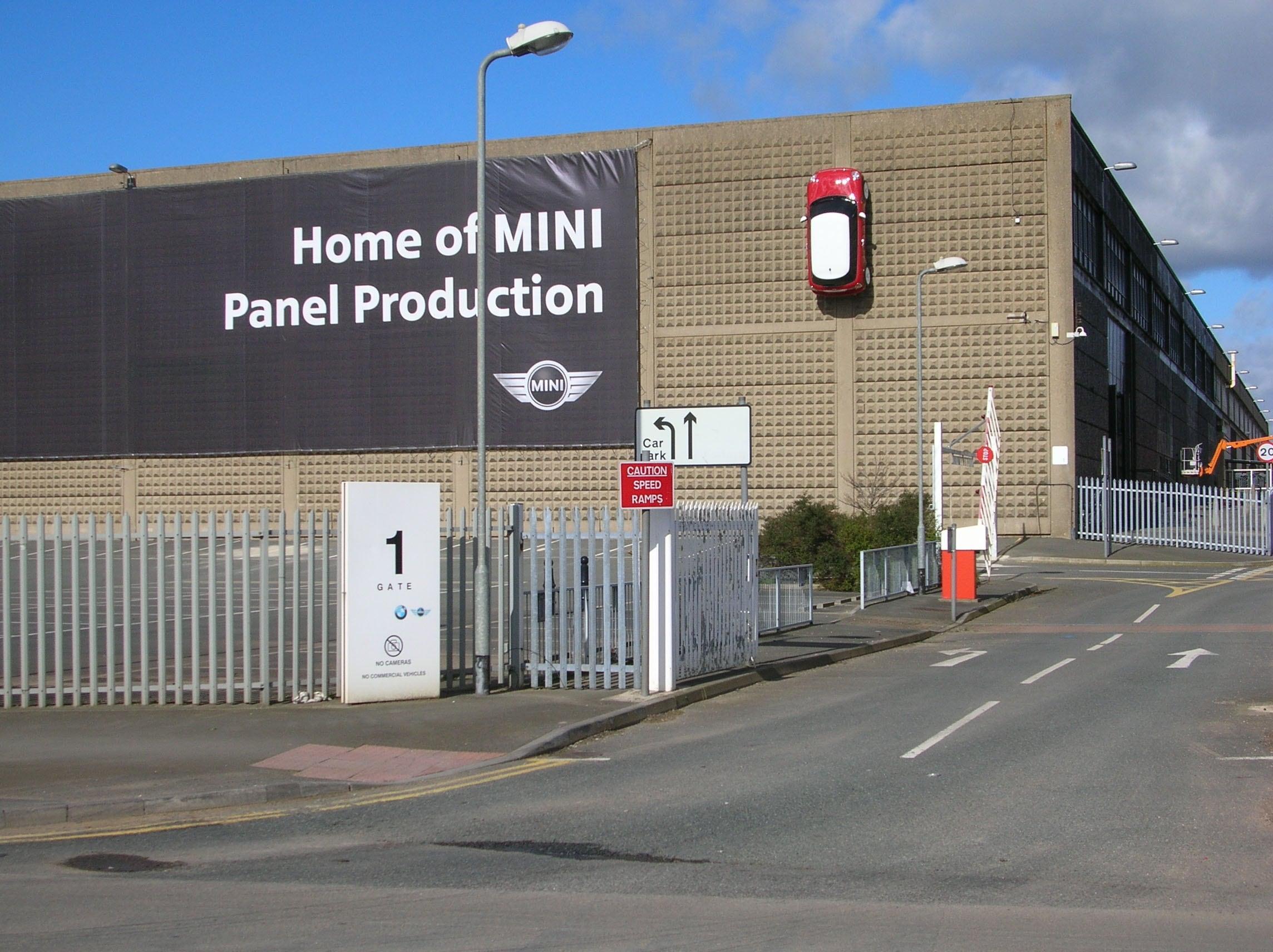 BMW Gebäude mit Banner von Mini.