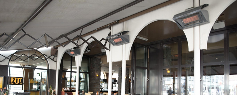 Mehrere Terrassenstrahler von Schwank in einem Restaurant.
