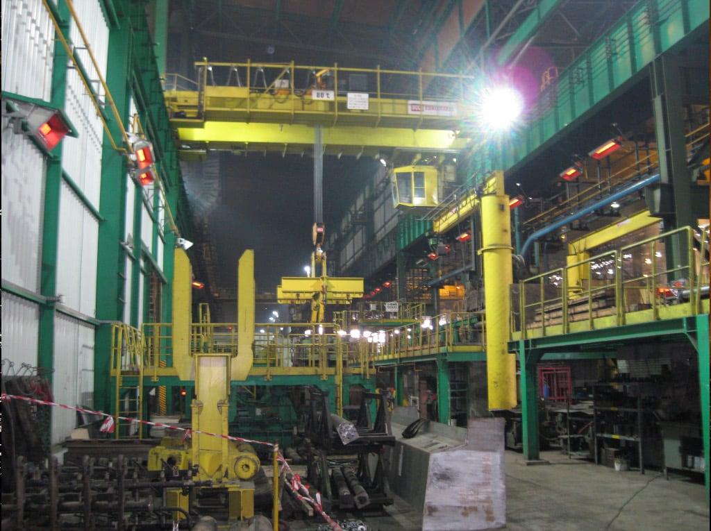 Einige Hellstrahler im Außenbereich der Produktion von AcelorMittal.