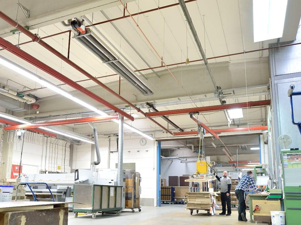 Ein Dunkelstrahler der Firma Schwank in einer Produktionshalle von Biffar.