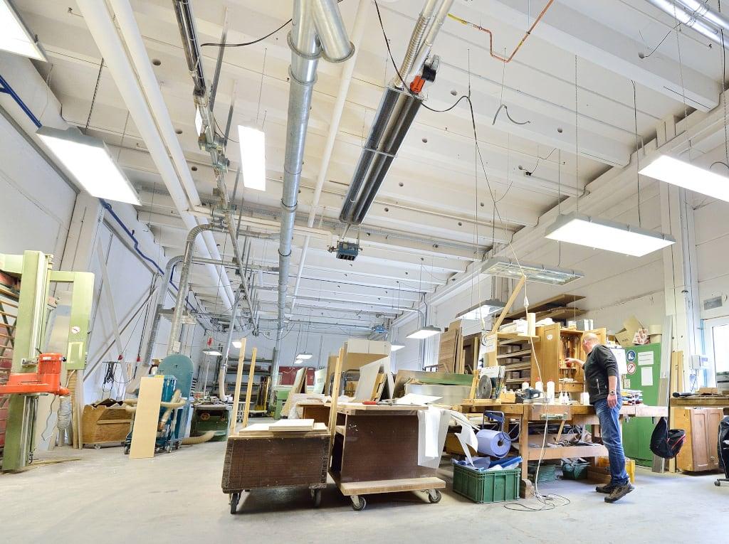 Ein Dunkelstrahler von Schwank in einer Produktionshalle von Biffar.