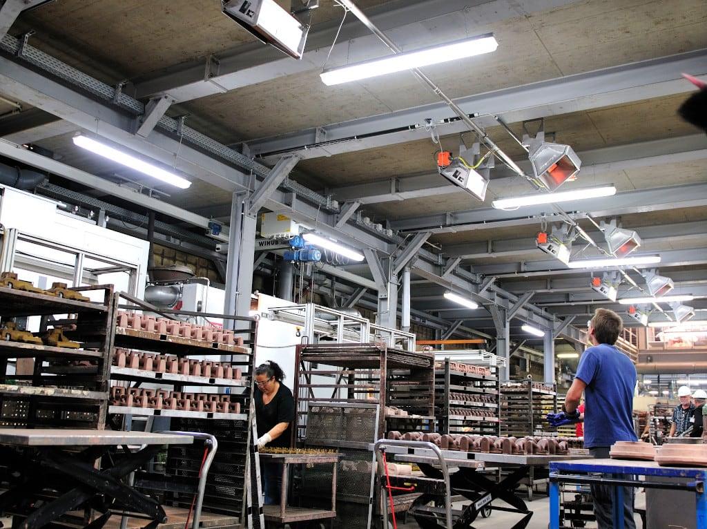 Mehrere Hellstrahler in einer Produktionshalle von Bosch Rexroth.