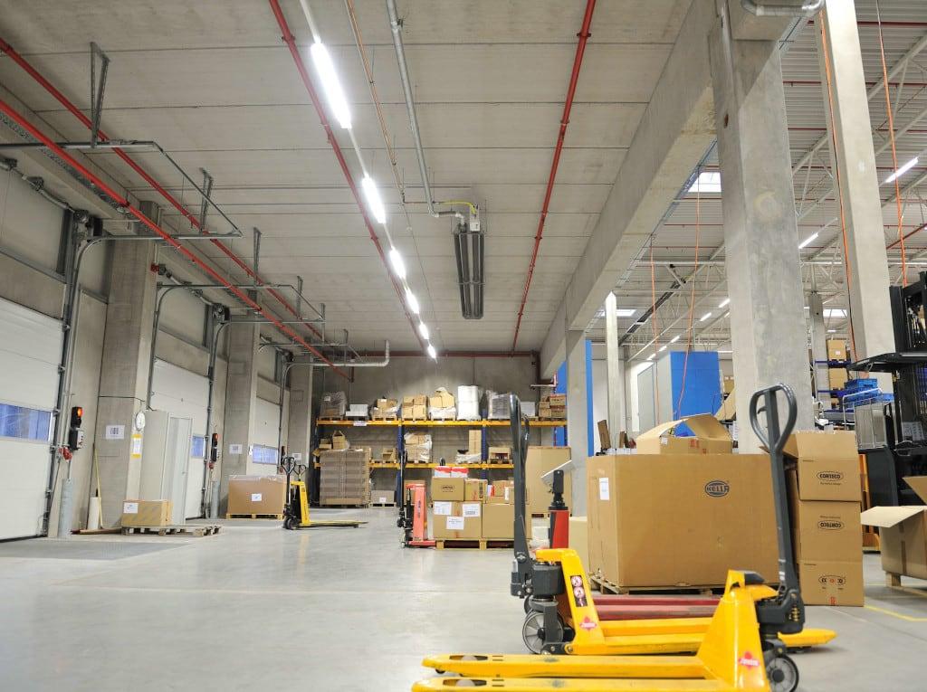 Ein Dunkelstrahler der Marke Schwank in einer Halle von CORTEGO.