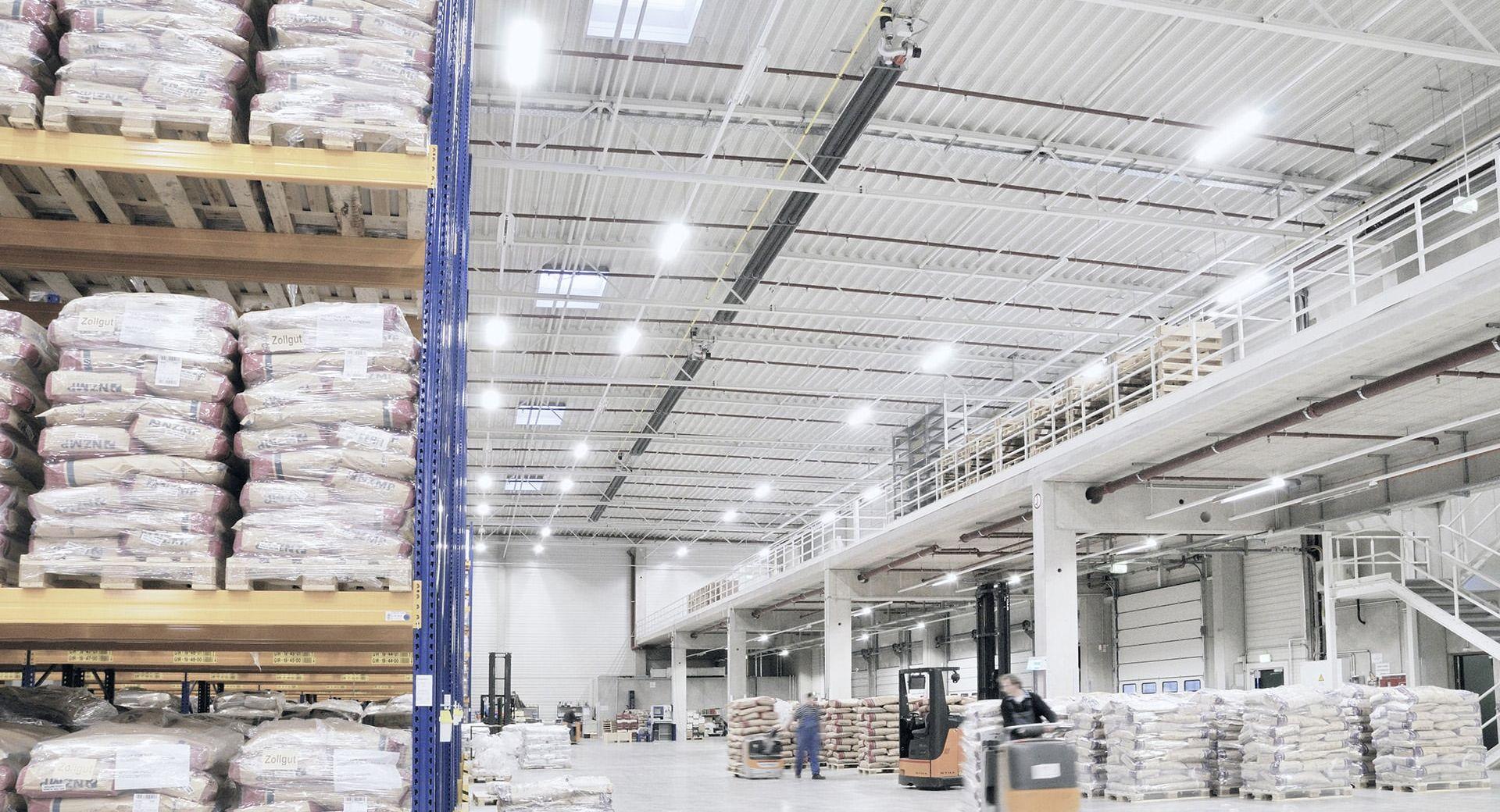 Lange Schwank Dunkelstrahler in einer großen Lagerhalle.
