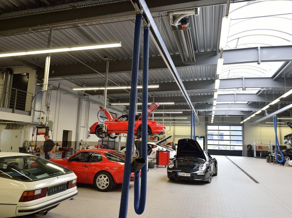Ein Dunkelstrahler der Firma Schwank an der Decke einer Porsche-Werkstatt.