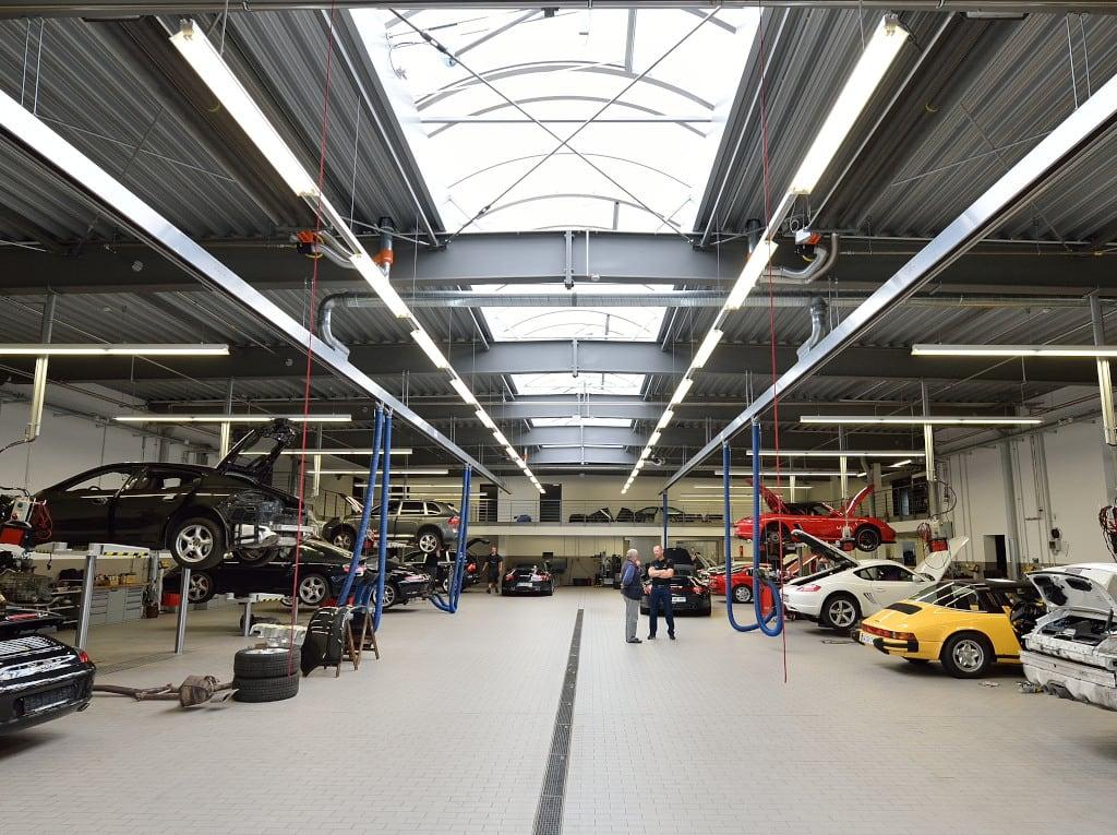 Mehrere Dunkelstrahler von Schwank im Porschezentrum in Würzburg.