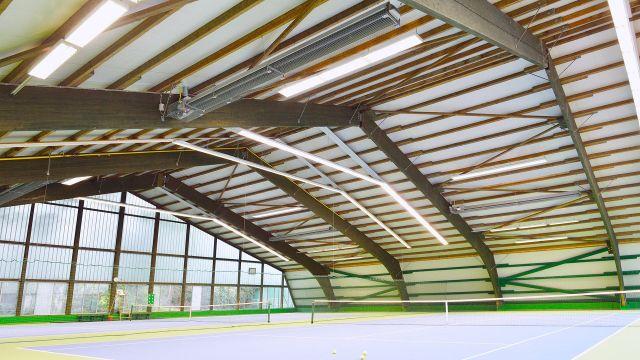Tennishalle mit Dunkelstrahlern von Schwank als Beheizung.