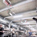 Mehrere primoSchwank Hellstrahler an einer niedrigen Decke einer Produktionshalle.