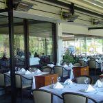 Der Terrassenstrahler terrasSchwank auf der Terrasse eines Restaurants.