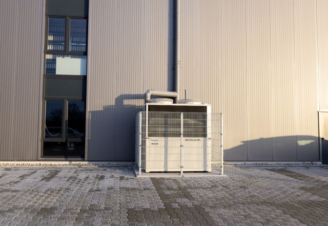 Eine Gaswärmepumpe von Schwank an einer Halle von Burkhardt-Löffler.