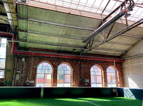 Soccerplatz mit Dunkelstrahler in der Multifunktionshalle von Lukas Podolski.