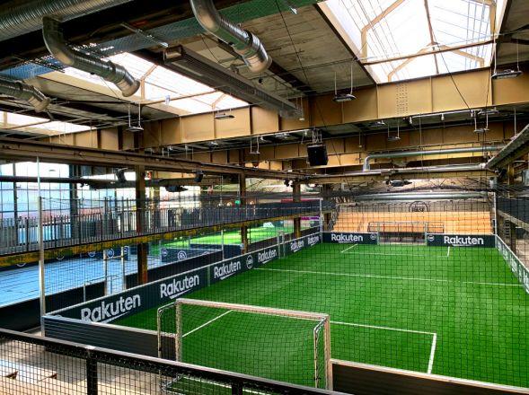 Soccerfeld in der Straßenkicker Base in Köln - darüber ein Dunkelstrahler von Schwank.