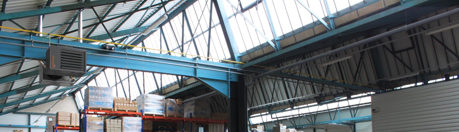 Ein horizontal ausblasender Warmlufterzeuger von Schwank in einer Lagerhalle.