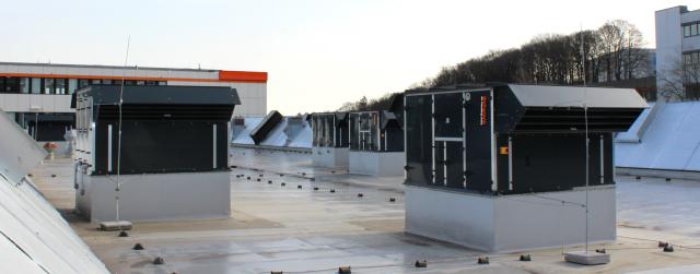 RLT-Geräte der Reihe aeroSchwank auf dem Dach einer Logistikhalle.