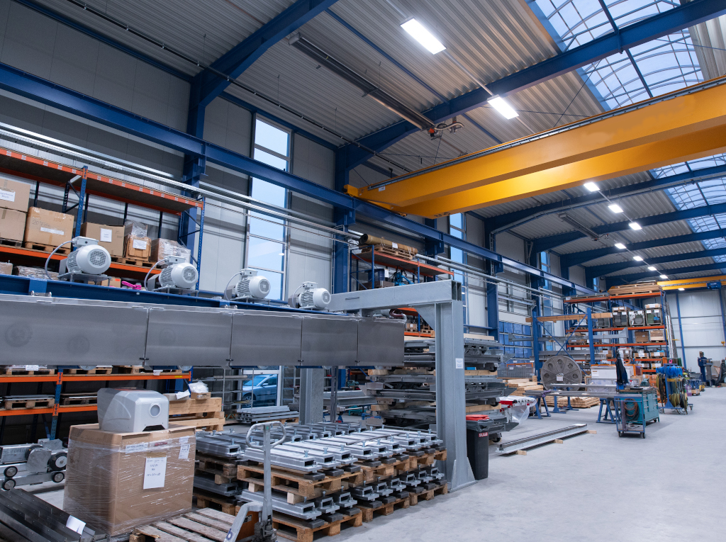 Ein Dunkelstrahler als Hallenheizung im Maschinenbau.