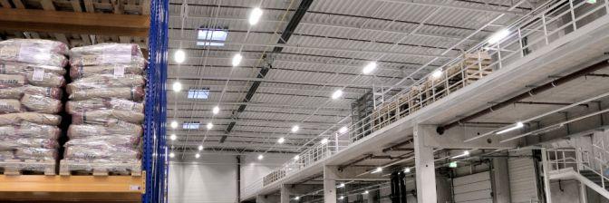 Eine Hallenheizung mti Dunkelstrahlern in einer Logistikhalle.