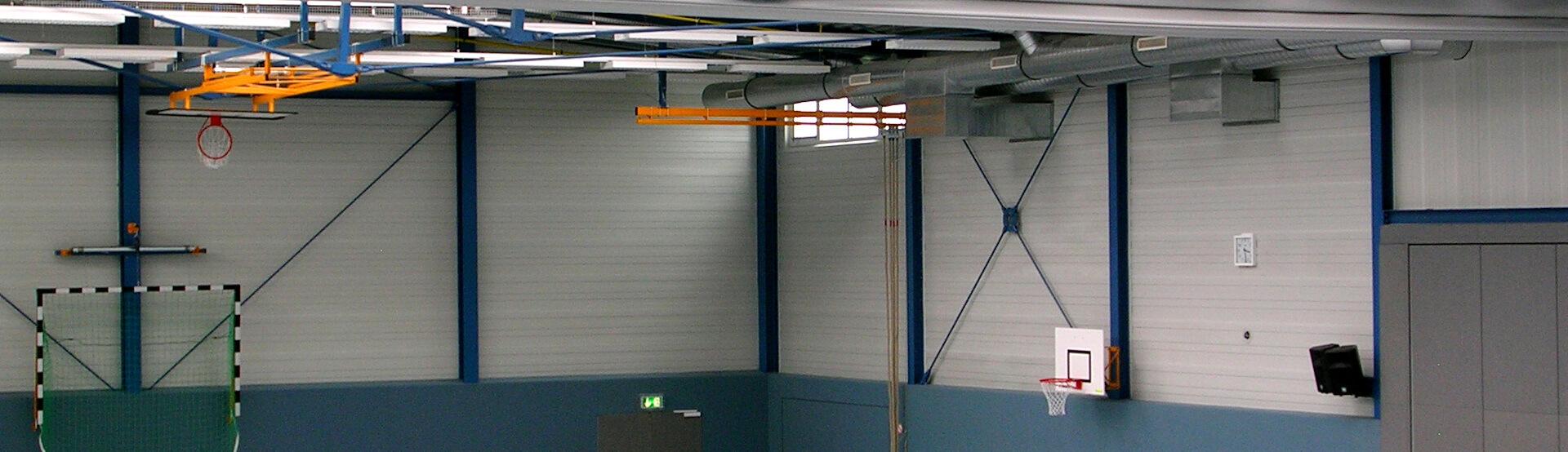 Die Heizung in einer Sporthalle mit Dunkelstrahlern von Schwank.